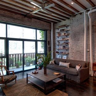 Inspiration för industriella vardagsrum, med mörkt trägolv