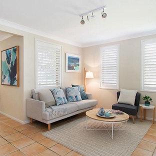 ゴールドコーストの中サイズのビーチスタイルのおしゃれなLDK (白い壁、セラミックタイルの床、オレンジの床) の写真