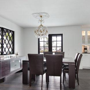 Ejemplo de salón abierto, minimalista, grande, con paredes blancas, suelo de madera oscura, chimeneas suspendidas, marco de chimenea de piedra y pared multimedia