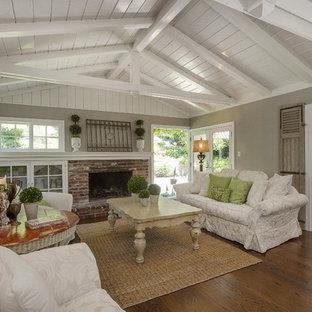 Shabby-Look Wohnzimmer mit grauer Wandfarbe in San Francisco