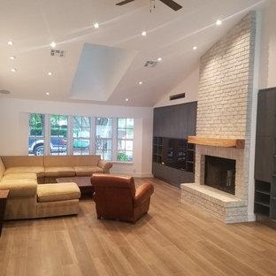 マイアミの大きいコンテンポラリースタイルのおしゃれなLDK (フォーマル、白い壁、磁器タイルの床、標準型暖炉、レンガの暖炉まわり、壁掛け型テレビ) の写真