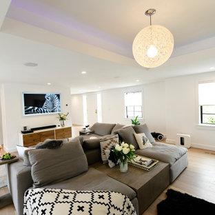 Diseño de salón abierto y casetón, minimalista, grande, con paredes blancas, suelo de madera clara, chimenea tradicional y marco de chimenea de piedra