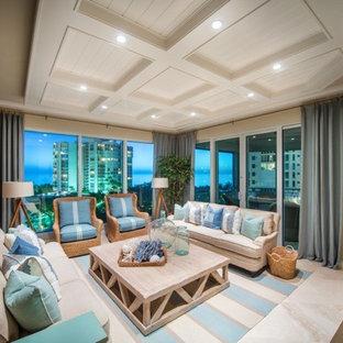 マイアミの中サイズのビーチスタイルのおしゃれなLDK (ベージュの壁、ライムストーンの床、暖炉なし) の写真