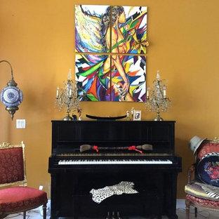 マイアミの小さいトランジショナルスタイルのおしゃれな独立型リビング (フォーマル、黄色い壁、磁器タイルの床、暖炉なし、テレビなし、ベージュの床) の写真