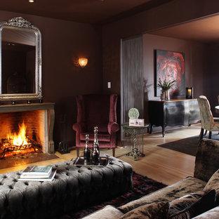 Esempio di un soggiorno contemporaneo con pareti viola