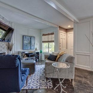 Idee per un piccolo soggiorno chic aperto con pareti bianche, pavimento in cemento, camino classico, cornice del camino in mattoni, TV a parete e pavimento nero