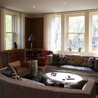 Ispirazione per un soggiorno chic di medie dimensioni e aperto con sala formale, nessuna TV, pareti marroni, pavimento in legno massello medio, nessun camino e pavimento marrone