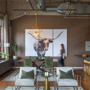 Imagen de salón abierto, industrial, con paredes marrones y suelo de madera en tonos medios