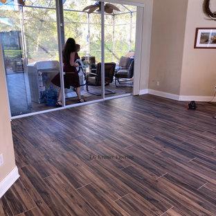 Ispirazione per un grande soggiorno american style con pavimento marrone e pavimento in gres porcellanato