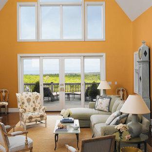 Immagine di un grande soggiorno tradizionale aperto con sala formale, pareti arancioni, pavimento in legno massello medio, nessun camino e nessuna TV