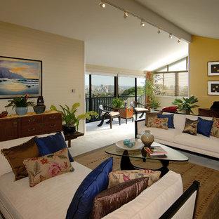 Modelo de salón tipo loft, tropical, extra grande, con paredes beige
