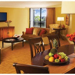 マイアミの大きいトランジショナルスタイルのおしゃれな独立型リビング (フォーマル、黄色い壁、カーペット敷き、壁掛け型テレビ) の写真