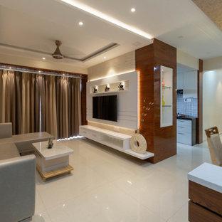 Mittelgroßes, Offenes Modernes Wohnzimmer mit beiger Wandfarbe, Wand-TV, beigem Boden und Holzwänden in Pune