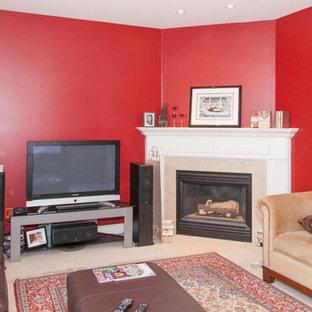 サンディエゴの中くらいのトランジショナルスタイルのおしゃれな独立型リビング (赤い壁、カーペット敷き、コーナー設置型暖炉、石材の暖炉まわり、据え置き型テレビ) の写真