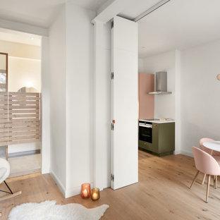 Modelo de salón para visitas abierto, contemporáneo, pequeño, sin chimenea, con paredes blancas y suelo de madera clara