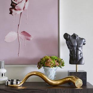 Immagine di un soggiorno boho chic di medie dimensioni e chiuso con sala formale, pareti bianche, moquette, TV nascosta e pavimento marrone