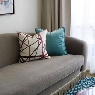 Bild på ett mellanstort eklektiskt separat vardagsrum, med ett finrum, vita väggar, heltäckningsmatta, en dold TV och turkost golv