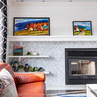 Idee per un grande soggiorno tradizionale aperto con sala formale, pareti bianche, parquet scuro, camino classico, cornice del camino piastrellata, parete attrezzata, pavimento grigio, soffitto in perlinato e pareti in perlinato