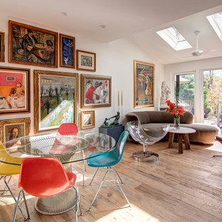 Eklektisches Wohnzimmer mit weißer Wandfarbe und hellem Holzboden in New York