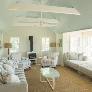 Country Wohnzimmer mit beiger Wandfarbe, hellem Holzboden, Kaminofen und beigem Boden in Providence