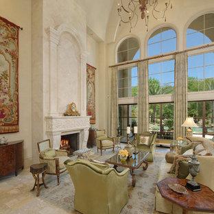 Ispirazione per un ampio soggiorno mediterraneo con pareti beige e camino classico