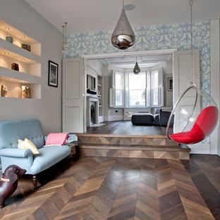 サリーのトランジショナルスタイルのおしゃれなLDK (濃色無垢フローリング、茶色い床) の写真