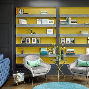 Foto de biblioteca en casa abierta, tradicional renovada, grande, con paredes negras y suelo de madera oscura