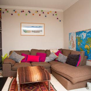 ロンドンの中くらいのモダンスタイルのおしゃれなLDK (ベージュの壁、セラミックタイルの床、薪ストーブ、木材の暖炉まわり、白い床) の写真