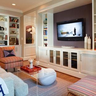 インディアナポリスのトランジショナルスタイルのおしゃれなリビング (紫の壁、壁掛け型テレビ) の写真