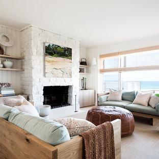 シドニーのビーチスタイルのおしゃれな独立型リビング (フォーマル、白い壁、カーペット敷き、標準型暖炉、石材の暖炉まわり、ベージュの床) の写真
