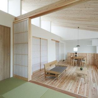 他の地域の小さい和風のおしゃれなLDK (白い壁、淡色無垢フローリング、据え置き型テレビ、ベージュの床) の写真