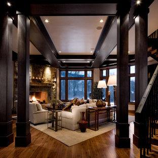 Klassisches Wohnzimmer mit Kamin und Kaminsims aus Stein in Salt Lake City