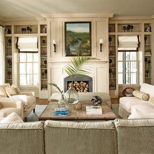 Esempio di un soggiorno tradizionale con pareti beige, camino classico e nessuna TV