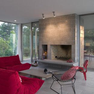 Ejemplo de salón minimalista con chimenea tradicional
