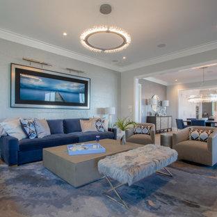 Esempio di un soggiorno stile marinaro con pareti grigie, parquet chiaro, pavimento beige e carta da parati