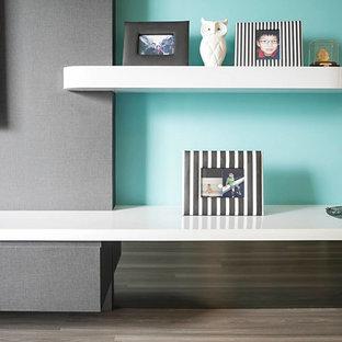 Foto di un soggiorno minimal di medie dimensioni e chiuso con sala formale, pareti blu, pavimento in vinile, nessun camino e TV a parete