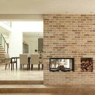 Immagine di un grande soggiorno contemporaneo aperto con pareti bianche, pavimento in marmo e camino bifacciale