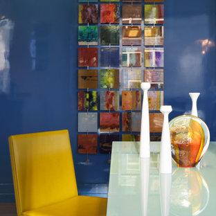 Inspiration för mellanstora moderna allrum med öppen planlösning, med blå väggar och mörkt trägolv