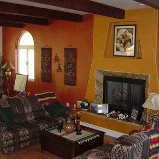 ロサンゼルスの中サイズのサンタフェスタイルのおしゃれなLDK (オレンジの壁、セラミックタイルの床、標準型暖炉、テレビなし) の写真