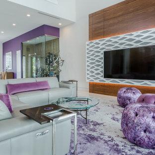 タンパのコンテンポラリースタイルのおしゃれなリビング (白い壁、壁掛け型テレビ、白い床) の写真