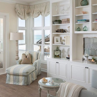 Неиссякаемый источник вдохновения для домашнего уюта: парадная, открытая гостиная комната среднего размера в стиле шебби-шик с бежевыми стенами и светлым паркетным полом без камина, ТВ