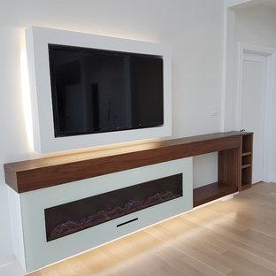 Idee per un soggiorno moderno di medie dimensioni e stile loft con camino sospeso, cornice del camino in legno e pavimento beige