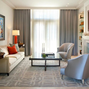 Mittelgroßes, Repräsentatives, Fernseherloses Klassisches Wohnzimmer mit beiger Wandfarbe, Travertin, Kamin und Kaminumrandung aus Stein in Dallas