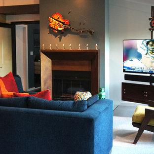 Imagen de salón abierto, minimalista, de tamaño medio, con paredes azules, suelo de madera oscura, chimenea de doble cara, marco de chimenea de metal y televisor en una esquina