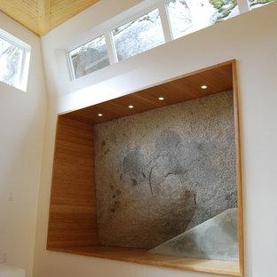 Ejemplo de salón abierto, minimalista, extra grande, con suelo de bambú y paredes blancas