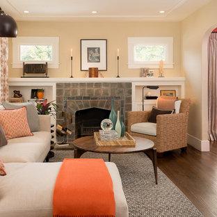 Idee per un soggiorno american style di medie dimensioni e aperto con pavimento in legno massello medio, camino classico e cornice del camino piastrellata