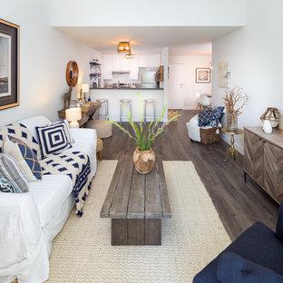 サンフランシスコの小さいビーチスタイルのおしゃれなLDK (白い壁、ラミネートの床) の写真