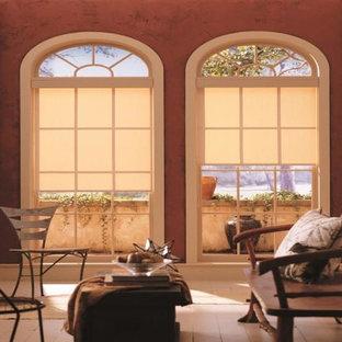 チャールストンの中サイズのサンタフェスタイルのおしゃれな独立型リビング (フォーマル、赤い壁、塗装フローリング、白い床) の写真