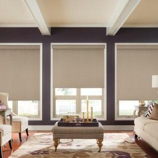 Idee per un soggiorno contemporaneo di medie dimensioni e chiuso con pareti viola, pavimento in legno massello medio, nessun camino, nessuna TV e pavimento marrone