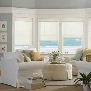 ダラスの中くらいのビーチスタイルのおしゃれな独立型リビング (フォーマル、グレーの壁、カーペット敷き、暖炉なし、テレビなし、ベージュの床) の写真